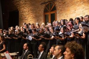 Patrimônio cultural da humanidade: Nona Sinfonia de Beethoven, interpretada pela Sinfônica de Santos, contou com as vozes dos corais Madrigal Vivace, Zanzalá e solistas. (Foto: One Life Fotografia)