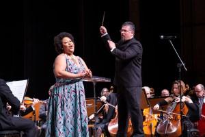 A soprano Erika Muniz ao lado do barítono Saulo Javán, durante apresentação da Orquestra Sinfônica Municipal de Campinas. (Foto: One Life Fotografia)